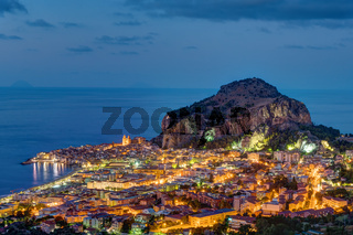 Cefalu in Sizilien bei Nacht