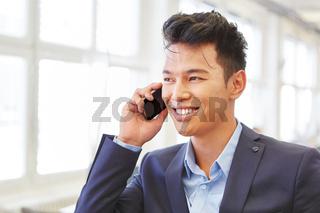 Asiatischer Geschäftsmann beim Telefonat