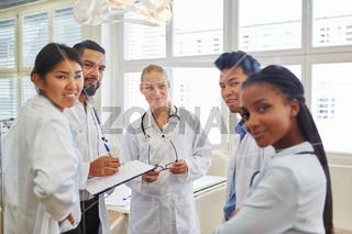 Gruppe aus Ärzten und Krankenschwestern