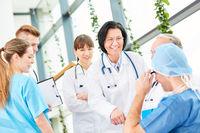Ältere Frau als Chef im Ärzteteam der Chirurgie