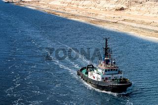 Schlepper fährt im neuen Erweiterungsabschnitt des Suezkanals