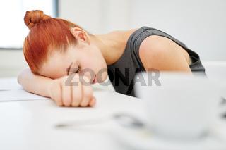Geschäftsfrau macht Überstunden