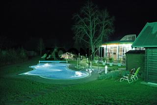 Aquatoll Saunalandschaft Aussenbereich bei nacht