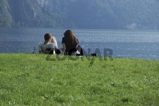 verliebtes junges Paar am Seeufer des Traunsees