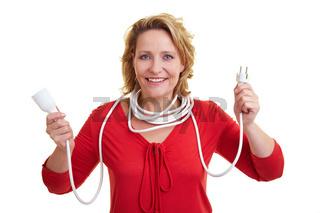 Frau hält Verlängerungskabel