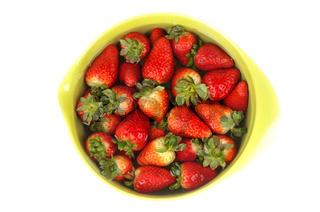 Erdbeeren in einer Schüssel mit Wasser