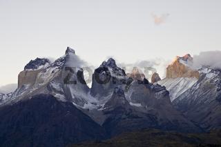 Wolkenstimmung in den Bergspitzen des Torres del Paine Massivs, Chile, Clouds in mountain peaks of Torres del Paine massif