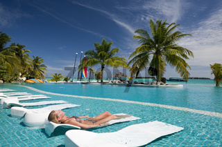 Touristin im Pool der Malediveninsel Kandooma