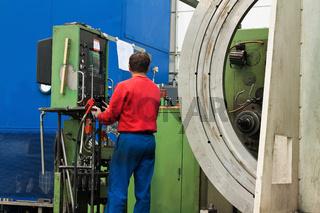 Arbeiter der Metallindustrie an CNC Fräsmaschine.
