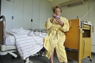 eine dreiundachzigjährige Frau mit Diabetikereisbecher im Krankenhaus