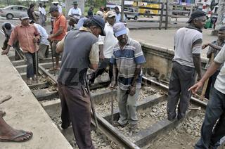 Wartungsarbeiten an Eisenbahnschienen, Bahnhof in Ragama, Sri Lanka, Ceylon, Asien