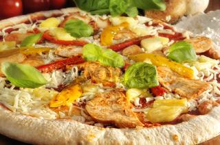 Pizza mit Huhn und Ananas