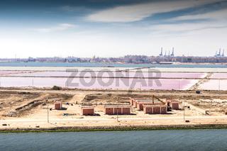 Die Einmündung des Suezkanals in das Mittelmeer bei Port Said  und Port Fouad mit seinen Salinen