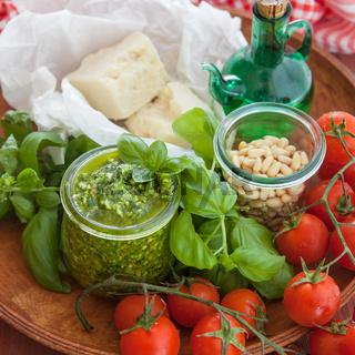 Gruenes Pesto mit Basilikum