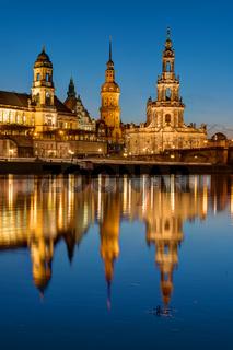Die Türme von Dresden spiegeln sich in der Elbe