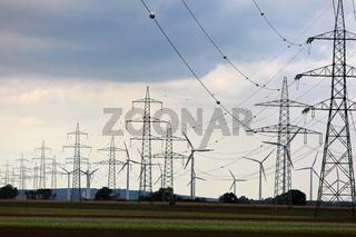 Windrad mit Strommasten für alternative Strom Energie