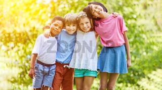 Multikulturelle Gruppe Kinder umarmt sich im Sommer