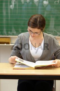 Studentin oder Schülerin mit Buch in der Uni -