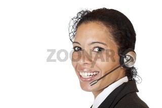 Lachende attraktive Frau telefoniert mit Headset