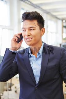 Mann als Start-Up Unternehmer telefoniert
