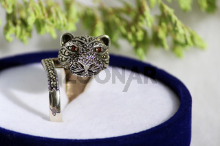 Black spinel diamond silver ring in the form of a cat's head.