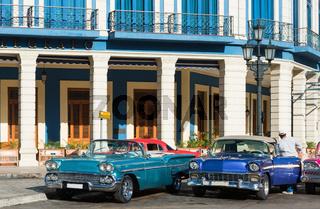 Strassenleben in in Havana City Cuba mit amerikanische Cabriolet Oldtimern - Serie Cuba Reportage