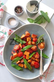 Süßkartoffelpfanne mit Zuckerschoten und Strauchtomaten