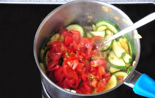 Gemüse während des bratens auf dem Herd