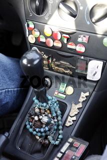 Ein Rosenkranz in einem Taxi in der  Hauptstadt Amman