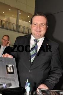MP Stefan Mappus auf der CeBIT mit neuem 3D Chip 2011 von IBM für den supercomputer 2025