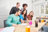 Studenten vom Internet Start-Up am Laptop