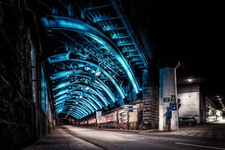 Bahn Unterführung Stahlkostruktion blau illuminiert