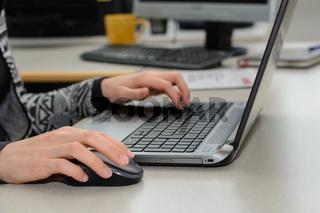 Büroangestellte arbeitet mit einem Laptop - Nahaufnahme