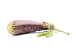 Aubergine mit Blättern auf weiss - Eggplant with leaves on white