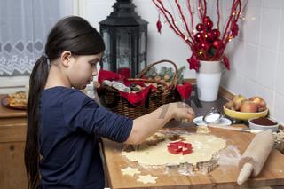 Junges Mädchen backt Weihnachtskekse