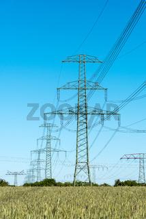Fernleitungsmasten mit Stromleitungen