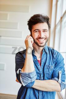 Erfolgreicher Geschäftsmann beim Telefonieren