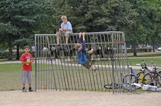 drei neunjährige Jungs auf einem Bolzplatz in Köln