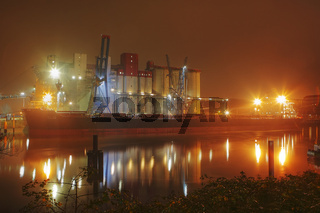 Frachter an Siloanlage im Hamburger Hafen, Deutschland, Freighter on Silo Installation at Hamburg Harbour, Germany