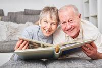 Senioren Paar im Ruhestand mit Fotoalbum