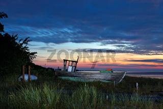 Alter Fischkutte am Strandübergang 13 in Zingst während des Sonnenuntergangs