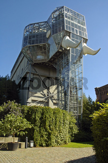 the glass elephant by Horst Rellecke