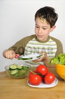 Kind macht Salat - Child making a salad