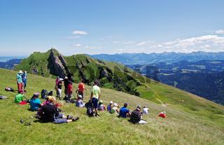 Wandernpause mit Aussicht auf das Rindalphorn und die Alpenkette