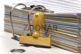 Aktenordner und Holzstempel mit Textfreiraum