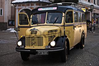 alter Postbus Steyr Diesel in Steyr, Oberösterreich, Österreich, Europa / old mail bus Steyr Diesel in Steyr, Upper Austria, Austria, Europe