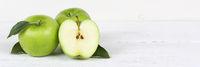 Äpfel Apfel grün Obst Frucht Früchte geschnitten Banner Textfreiraum auf Holzplatte