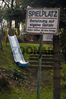 Spielplatzschild 'Benutzung auf eigene Gefahr...'