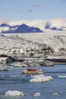 Amphibienfahrzeug auf dem Gletschersee Jökulsarlon