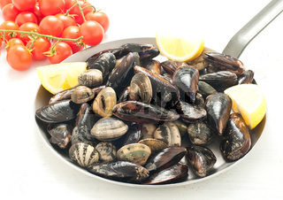 mussels cooked in a pan with garlic and tomato